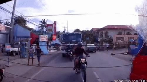 Camera giao thông: Xe tải mất kiểm soát, lao băng băng trên đường rồi đâm văng 2 xe máy