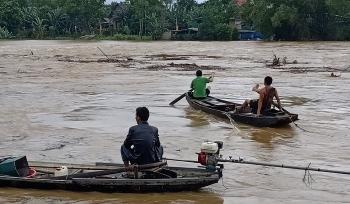Video: Người dân liều lĩnh bơi thuyền vớt củi bất chấp nước sông dâng cao cuồn cuộn