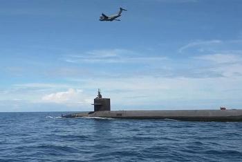 """Cận cảnh """"ngựa thồ"""" C-17 tiếp vận cho tàu ngầm hạt nhân ở ngoài khơi"""