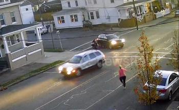 Camera giao thông: SUV vào cua ở ngã tư đúng lúc cậu bé đạp xe vọt qua đầu xe, người đi đường hoảng hốt