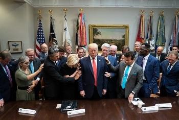 Ảnh ông Trump buồn bã nhắm nghiền mắt bên cạnh các cộng sự là ảnh cũ, không liên quan đến bầu cử Mỹ