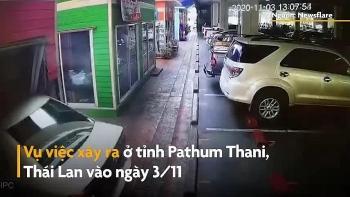 Camera giao thông: Tài xế đạp nhầm chân ga, ôtô lao vọt vào cửa hàng