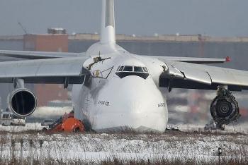 Máy bay lớn nhất thế giới lao ra khỏi đường băng, đâm xuyên qua mái nhà, động cơ trái vỡ vụn