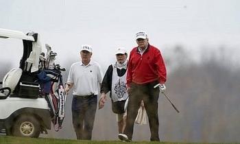 Trump ung dung đi chơi golf giữa phiên họp trực tuyến G20