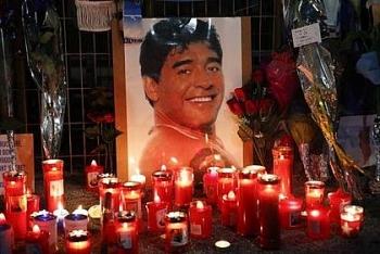 Không chỉ bị cảnh sát khám nhà, 3 nhân viên tang lễ xúc phạm thi hài Maradona còn bị dọa giết