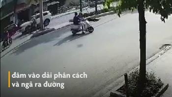 Camera giao thông: Đầu trần phóng xe tông vào dải phân cách, tài xế xe máy văng mạnh xuống đường tử vong