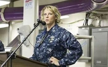Lần đầu tiên Hải quân Mỹ có nữ chỉ huy siêu tàu sân bay chạy bằng năng lượng hạt nhân