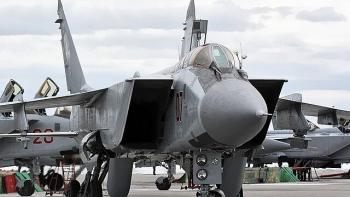 """Chiến cơ Nga xuất kích chặn máy bay Mỹ trên biển, """"hộ tống"""" khỏi biên giới"""