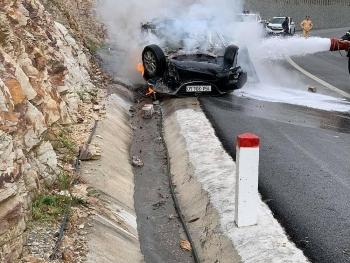 Xế hộp Mazda mất lái tông vào vách núi, 2 người bị thương nặng, 1 người tử vong tại chỗ