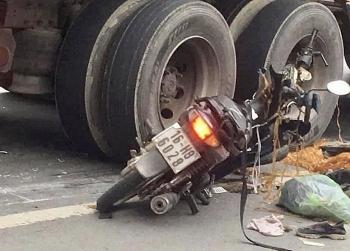 Tai nạn giao thông chiều 16/12: Giúp người bị ngã giữa đường, người đàn ông bị xe container tông tử vong