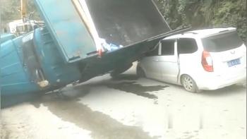 Camera giao thông: Xe tải vượt ẩu, lạc tay lái rồi lật nhào, đè lên ô tô ngược chiều
