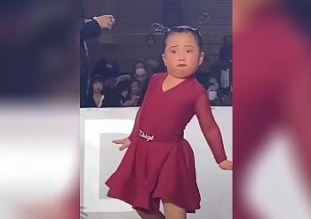 """Video: Thần thái """"ngút trời"""" của bé gái trong cuộc thi khiêu vũ khiến dân mạng nghiêng ngả"""