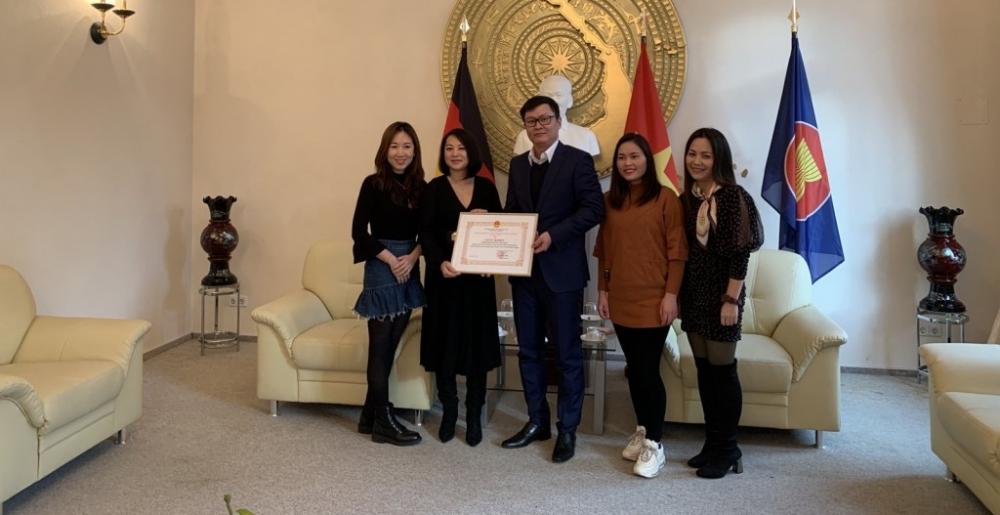 Trao giấy khen cho cá nhân, tập thể người Việt tại Đức vì có nhiều đóng góp cho cộng đồng