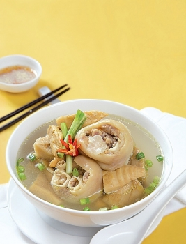 Hướng dẫn cách làm món 'chân giò hầm măng khô' chuẩn vị ngày Tết cho Việt kiều