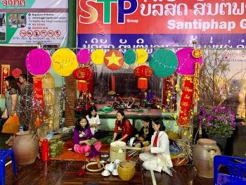 Cộng đồng người Việt tại Lào và Côn Minh (Trung Quốc) gói bánh chưng vui Tết Tân Sửu 2021