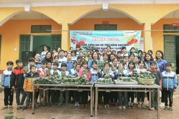 World Vision Việt Nam tặng bánh chưng, bao lì xì và quà cho người dân Hoà Bình