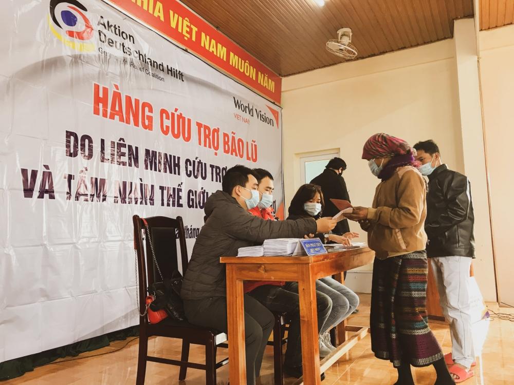 World Vision Việt Nam cấp phát thực phẩm và tiền mặt cho gần 2.000 hộ gia đình tại Quảng Ngãi, Quảng Trị