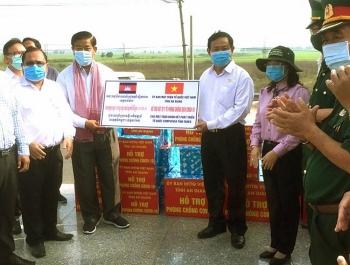 An Giang hỗ trợ 10.000 khẩu trang y tế, 20 chai sát khuẩn cho bà con gốc Việt ở Campuchia