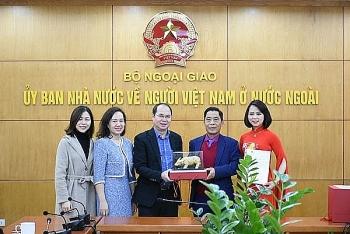 Trao quà tặng của Thủ tướng Chính phủ cho Hội người Việt Nam tại Séc và kiều bào tiêu biểu