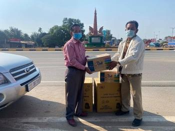 Hội Khmer Việt Nam tại Campuchia bàn giao khẩu trang y tế, nước sát khuẩn cho bà con gốc Việt tại tỉnh Kandal