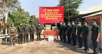 Long An trao tặng kinh phí và vật chất phòng, chống dịch COVID-19 cho tỉnh Prey Veng (Campuchia)