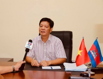 Tổng Lãnh sự quán Việt Nam tại Preah Sihanouk chuyển 1.000USD cứu trợ cho 219 gia đình gốc Việt
