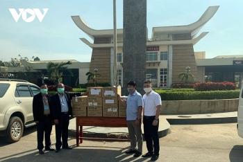 Tặng 80.000 khẩu trang cho Đảng Nhân dân Campuchia và bà con gốc Việt