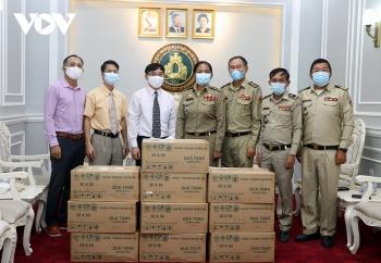 Đại sứ quán Việt Nam tặng 10.000 chiếc khẩu trang cho Tổng cục Di trú Campuchia