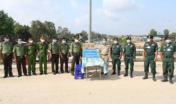 Công an Đồng Tháp tặng 40 thùng khẩu trang cho Ty Công an PrâyVeng (Campuchia)