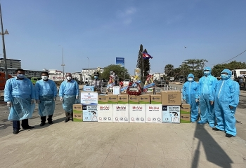 Tặng 20.000 khẩu trang y tế, 1.000 chai nước sát khuẩn cho Hội LHTN Campuchia tỉnh Svay Rieng