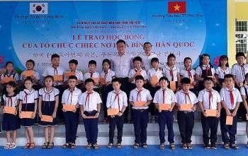 Tổ chức Chiếc nơ hoà bình (Hàn Quốc) trao học bổng cho học sinh, sinh viên nghèo huyện Tây Hòa (Phú Yên)