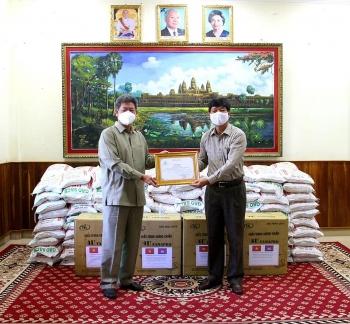 TLS quán Việt Nam tại Campuchia trao 10.000 khẩu trang y tế và 2 tấn gạo giúp Preah Sihanouk chống dịch COVID-19