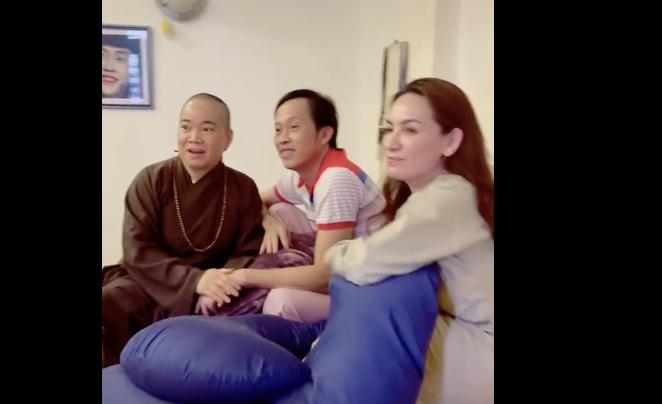 Tin Showbiz Việt ngày 23/4: Ngọc Trinh tạo dáng bên xế hộp gần 10 tỷ đồng, Phi Nhung sang tận nhà hỏi cưới Hoài Linh