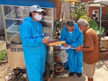 Trao 156 suất quà cứu trợ cho bà con gốc Việt tại tỉnh Kampong Speu (Campuchia)