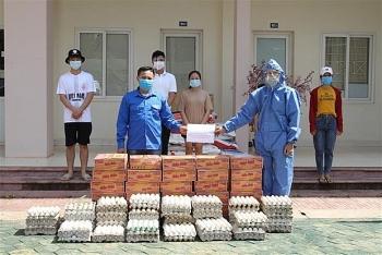 Đại sứ quán Việt Nam trao khẩu trang và thực phẩm hỗ trợ sinh viên Việt tại Lào gặp khó khăn