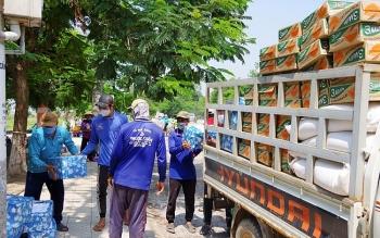 Đồng Tháp tặng nhu yếu phẩm cho bà con Việt kiều tại khu vực Biển Hồ (Campuchia)