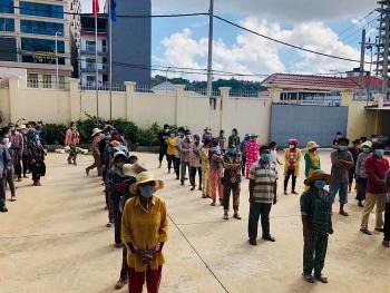 Phát quà cứu trợ 434 hộ gia đình người Việt có hoàn cảnh khó khăn ở TP Preah Sihanouk (Campuchia)