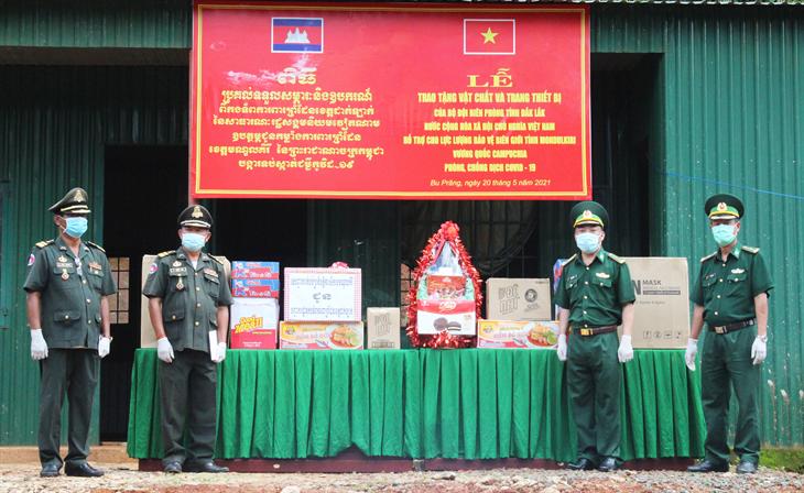 Đắk Lắk trao vật tư y tế cho lực lượng bảo vệ biên giới tỉnh Mondulkiri (Campuchia)