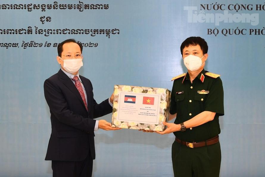 Bộ Quốc phòng trao tặng vật tư y tế chống dịch COVID-19 cho Lào và Campuchia