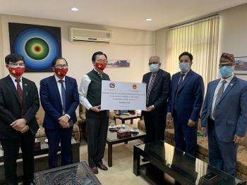 Việt Nam trao tặng 30.000 USD cho Chính phủ và nhân dân Nepal phòng chống dịch COVID-19