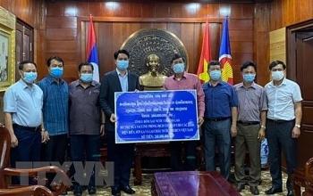 Tỉnh Oudomsay (Lào) trao tặng 27.600 USD hỗ trợ Điện Biên, Sơn La, Lai Châu ứng phó dịch COVID-19