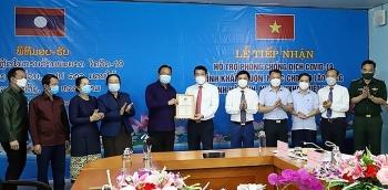 Tỉnh Khăm Muộn (Lào) trao 20.000 USD và 5 tấn gạo hỗ trợ tỉnh Hà Tĩnh chống dịch Covid-19