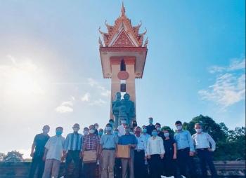 Tổng Lãnh sự quán Việt Nam tại Preah Sihanouk dâng hương tại Đài hữu nghị Campuchia-Việt Nam