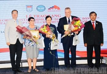 Trao Kỷ niệm chương tặng Tổng lãnh sự Liên bang Nga tại TP.HCM