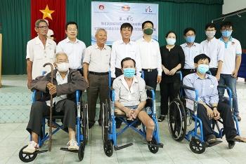 Lawrence S.Ting trao 180 xe lăn, 50 xe lắc cho người khuyết tật