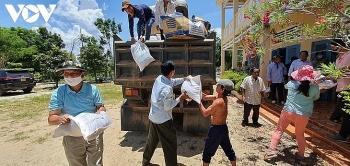 Cần Thơ gửi gạo, khẩu trang, dung dịch sát khuẩn quà tới bà con gốc Việt tại Campuchia