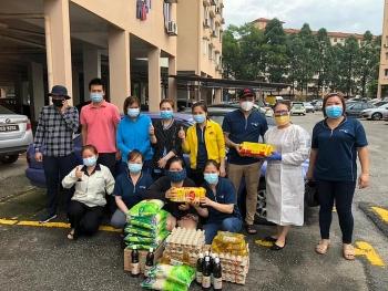 Tặng 70 phần quà hỗ trợ người Việt có hoàn cảnh khó khăn ở Maylaysia