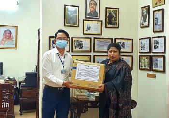 Đại sứ quán Bangladesh tại Việt Nam tặng quà cho người dân gặp khó khăn do Covid-19 tại Hà Nội