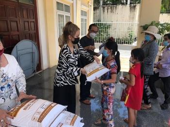 Phát quà cứu trợ cho 67 hộ gia đình gốc Việt có hoàn cảnh khó khăn nhân ngày Vu Lan