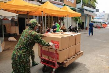 Gia đình ca sĩ Việt kiều Hà Phương hỗ trợ gạo và nhu yếu phẩm cho người dân TP.HCM